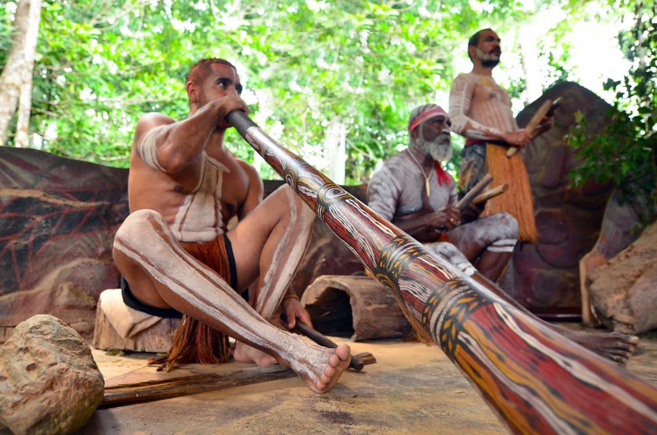 Aborigene tocando didgeridoo, Queensland, Austrália