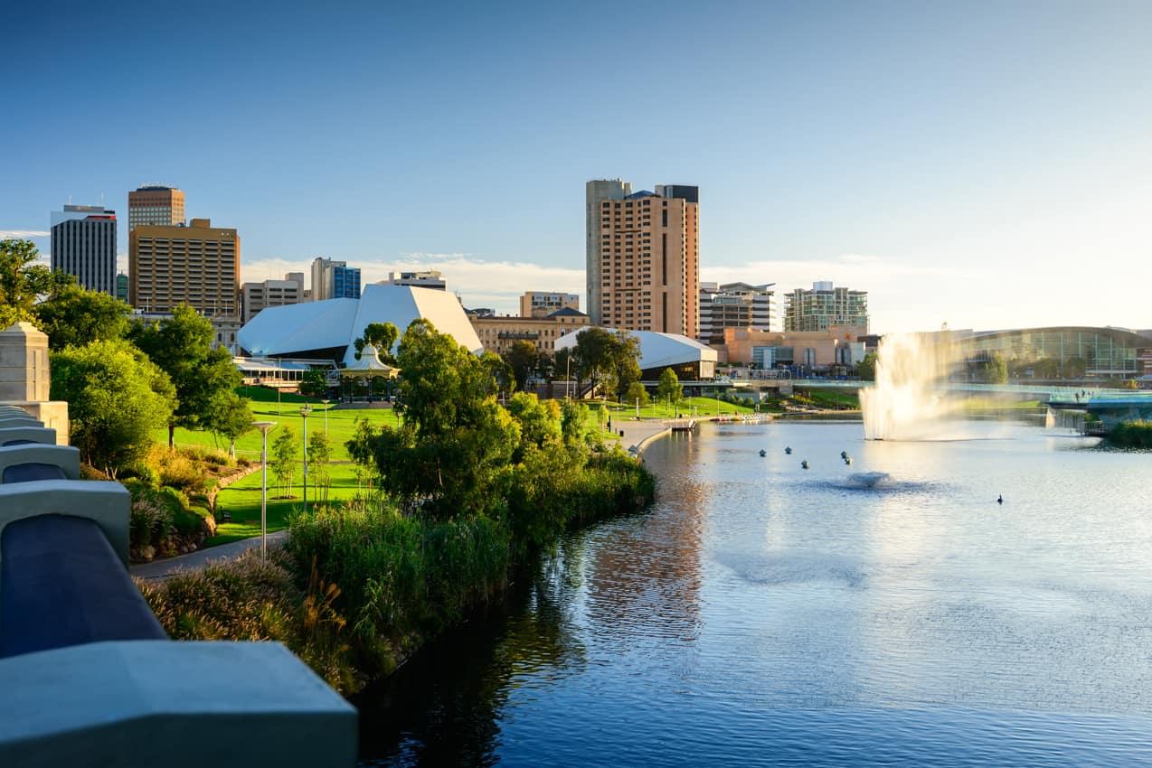 Rio cortando cidade Adelaide, Austrália