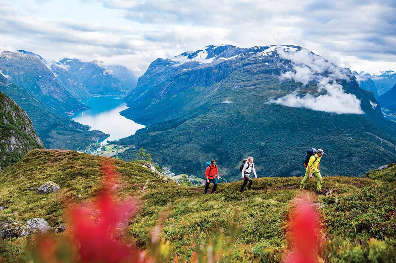 Caminhada pelas montanhas na região dos fiordes
