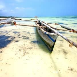 Barco típico praia Zanzibar Tanzânia