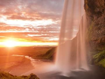 Cachoeira Seljalandsfoss - Sol da meia noite