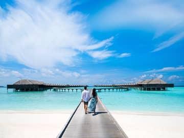 Casal caminhando no Anantara Kihavah