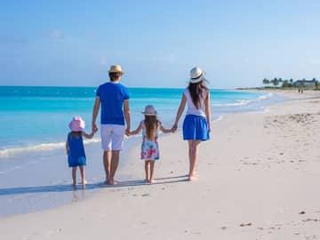 Familia caminhando praia Turks and Caicos