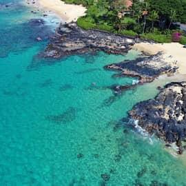 Praia secreta de Makena Cove na Ilha de Maui, Havaí.