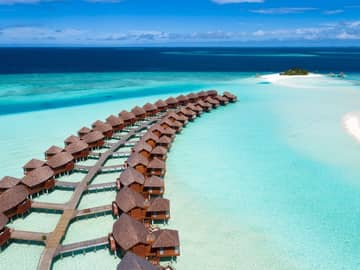 Vista aérea bangalôs sobre águas, Anantara Dhigu, Ilhas Maldivas