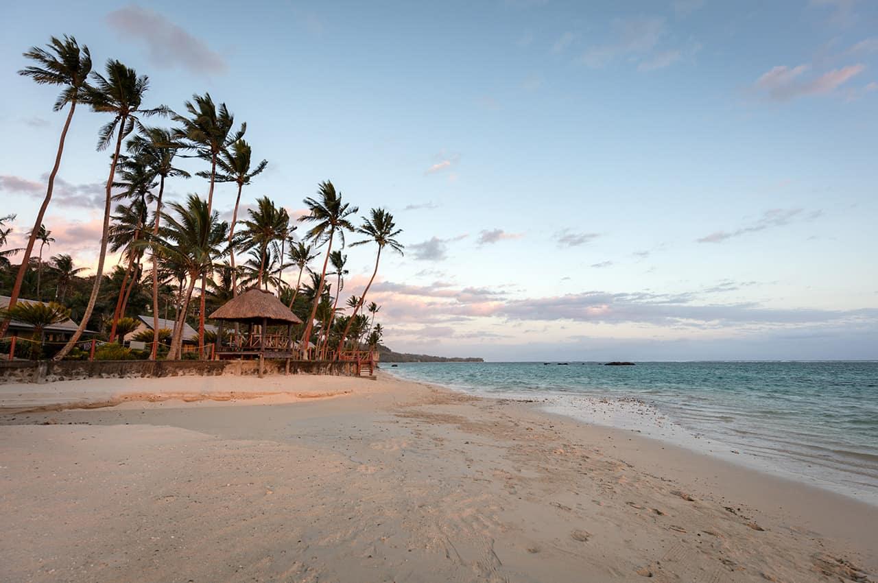 Crepúsculo em praia de Fiji