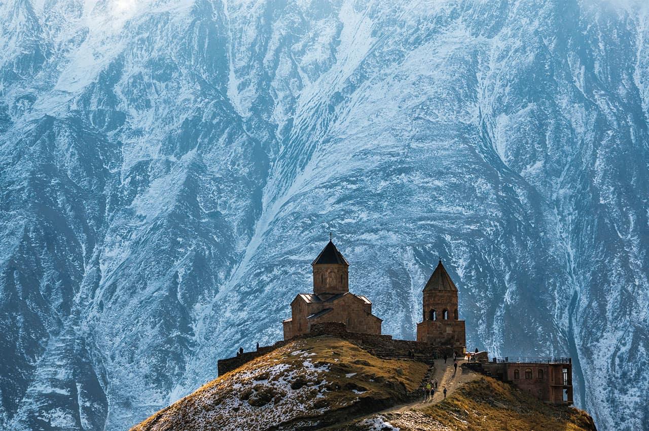 As montanhas do caucaso a igreja da trindade gergeti