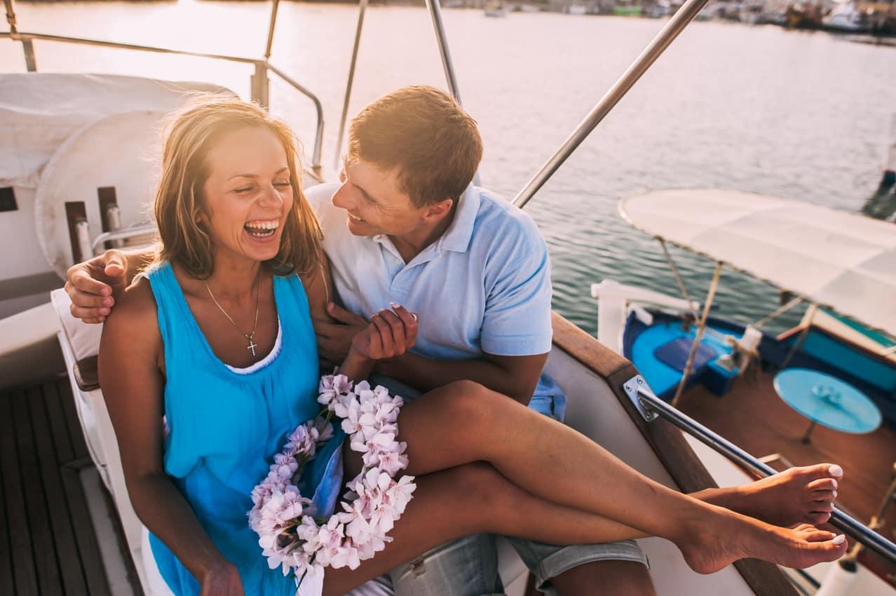 Atividade Grécia casal passeando barco