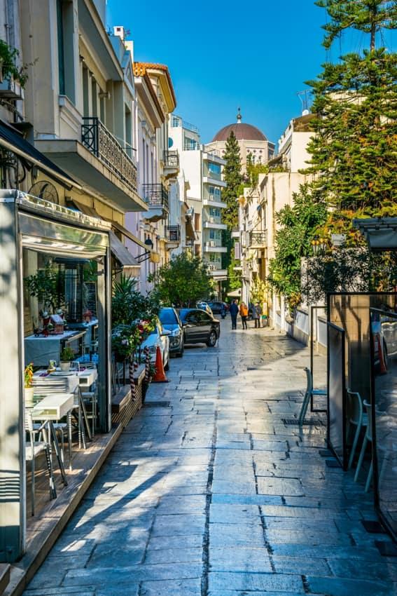 Vista rua estreita bairro Plaka Atenas, Grécia