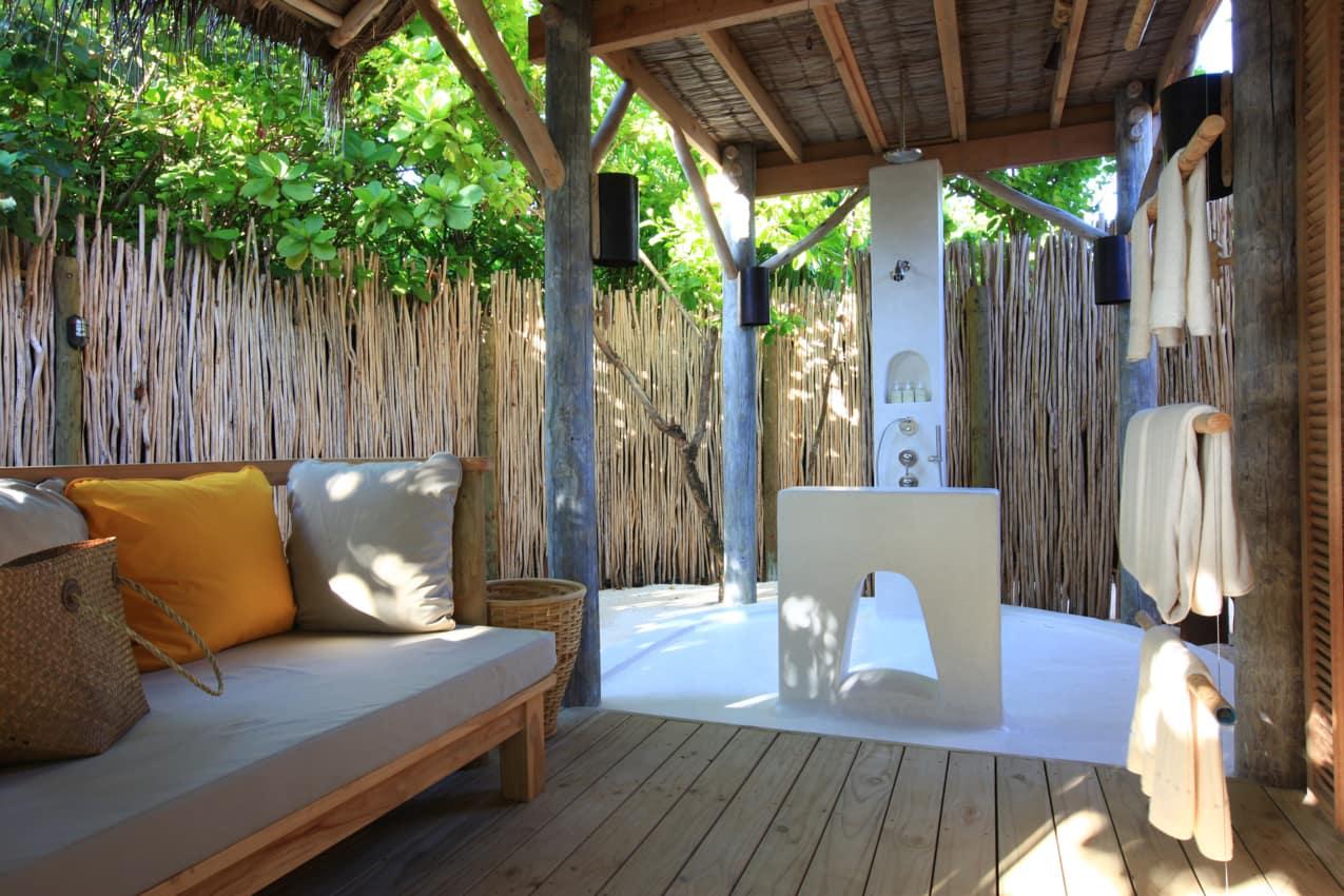 Banheiro da Beach Villa no Six Senses Laamu, Maldivas