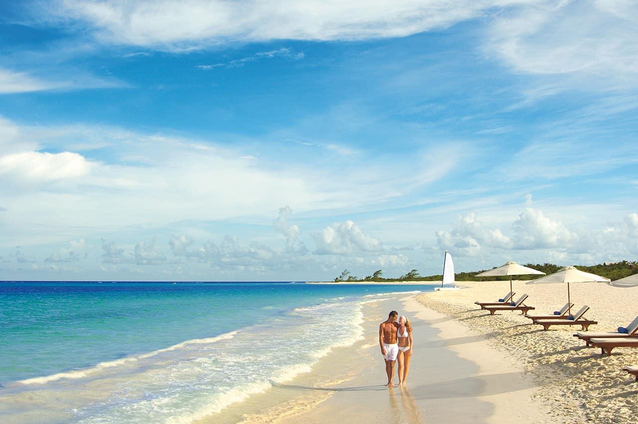 Casal na praia do Secrets Maroma Beach