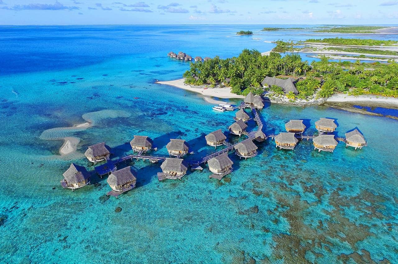 Bangalôs sobre as águas no Tikehau Pearl Beach Resort