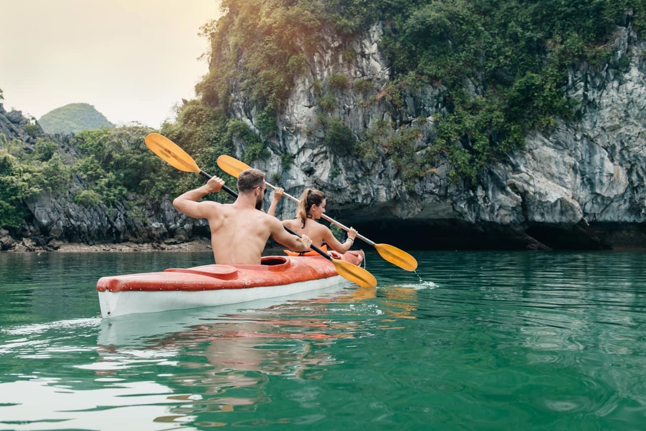 Casal caiaque atividades Halong Bay, Vietnã
