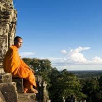 Monge contemplando Angkor Qat Siam Reap Camboja