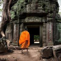 Monge entrando Templo Angkor Wat Camboja