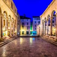 Noite na praça Peristil, centro de Split - Croácia.