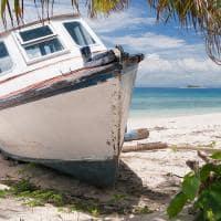 Barco atracado em praia de Fiji