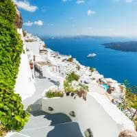 Arquitetura branca vista mar Santorini, Grécia