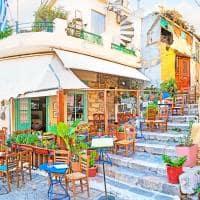 Café pelas ruas de Plaka - Atenas, Grécia.