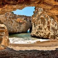 Caverna e praia Papafrangas - Milos, Grécia.