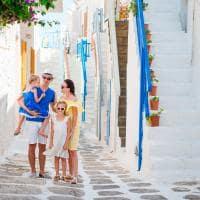 Familia passeando pelas ruas de Míconos.