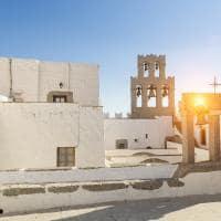 O através dos sinos do mosteiro do teólogo São João - Patmos, Grécia.