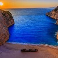 Pôr-do-sol na praia Navagio - Grécia