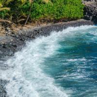 Praia de areia preta em Maui, Havaí.
