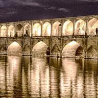 Ponte dos 33 Arcos iluminada - Isfahan, Irã.