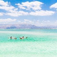 Casal boiando no Mar Morto - Jordânia.