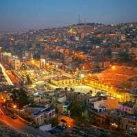 Turismo Jordânia: cidade Amã iluminada