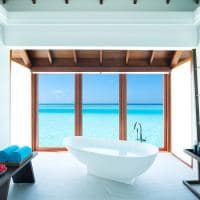 Banheira na Over Water Suite do Anantara Dhigu