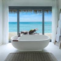 Banheiro da Overwater Villa no Vakkaru Maldives