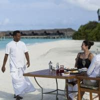 Café da manhã na praia no Anantara Kihavah