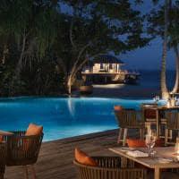 Jantar na piscina no Vakkaru Maldives