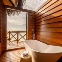 Mercure maldives kooddoo banheiro da overwater villa
