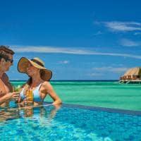Mercure maldives kooddoo bebidas na piscina