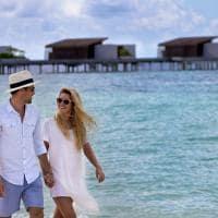 Park hyatt maldives hadahaa casal caminhando
