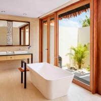 Radisson blu resort maldives banheiro beach villa with pool