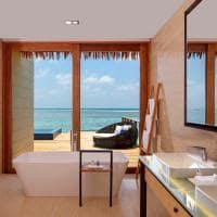 Radisson blu resort maldives banheiro overwater villa with pool