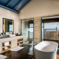 Raffles maldives meradhoo banheiro overwater villa