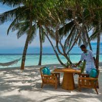 Raffles maldives meradhoo restaurante thari servico praia