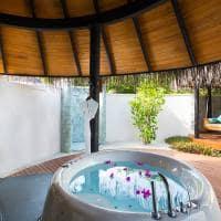 Sun siyam iru fushi maldives banheiro deluxe beach villa