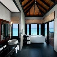 Sun siyam iru fushi maldives banheiro water villa