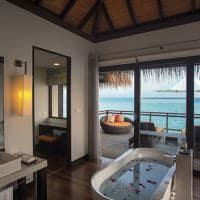 Velassaru maldives water villa banheira