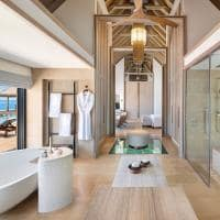 Waldorf astoria maldives overwater villa banheiro