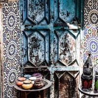Detalhes de mosaicos pelas ruas de Fez, Marrocos.