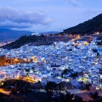Vista noturna de Chaouen, Marrocos.