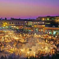 Vista noturna do mercado de Marrakech.