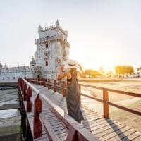Mulher viajando em lisboa portugal